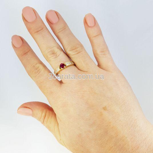 Золота каблучка на заручини з рубіном «Lovesong»