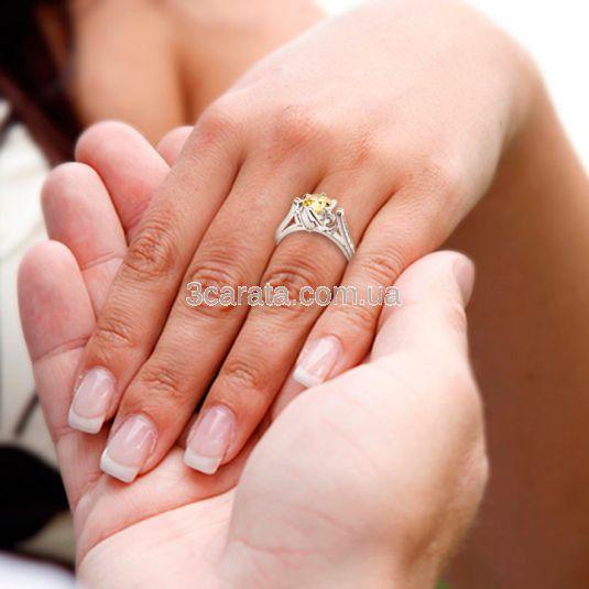 Золота каблучка на заручини з жовтим діамантом «First»
