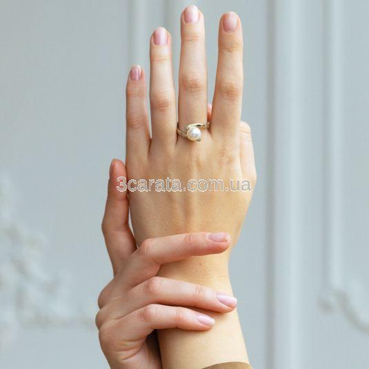 Золотое кольцо с жемчужиной и белыми сапфирами «Лирика»