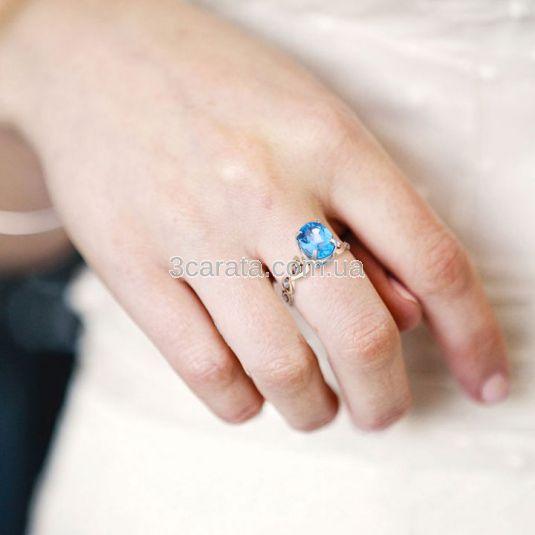 Золотое кольцо с топазом и цирконами «Сердечки»