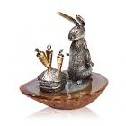 Серебряная статуэтка с позолотой «Заяц с морковками»
