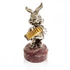"""Серебряная статуэтка с позолотой """"Заяц с баяном"""""""