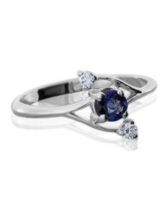 Золотое кольцо с сапфиром и двумя бриллиантами «Кира»
